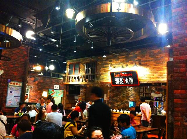台式复古的装修风格,平价亲民的夜市小吃,韩国拌饭,上海小笼包,成都