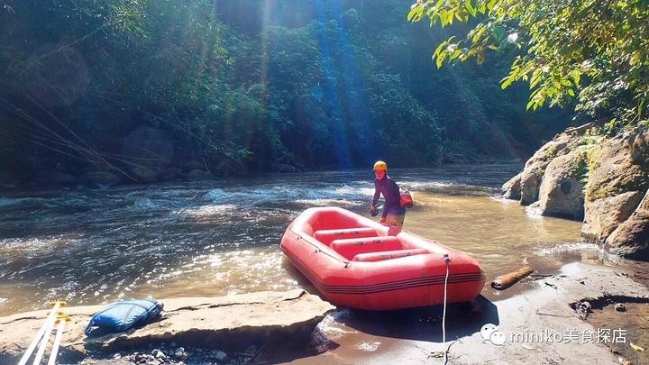 """miniko體驗過東南亞各種漂流,比如泰國的漂流是坐在竹筏上,近水容易濕身,老撾的漂流領隊喜歡挑起船只之間的水仗,更適合年輕人,巴厘島山妍的愛詠河皮艇漂流路過原始山林,瀑布,田野,蝙蝠洞等,中途還可以休息來一瓶Bintang啤酒,全程2個小時左右,風景體驗度最佳,""""聳翠青山滿畫屏""""的意境只可意會,不可言傳。"""