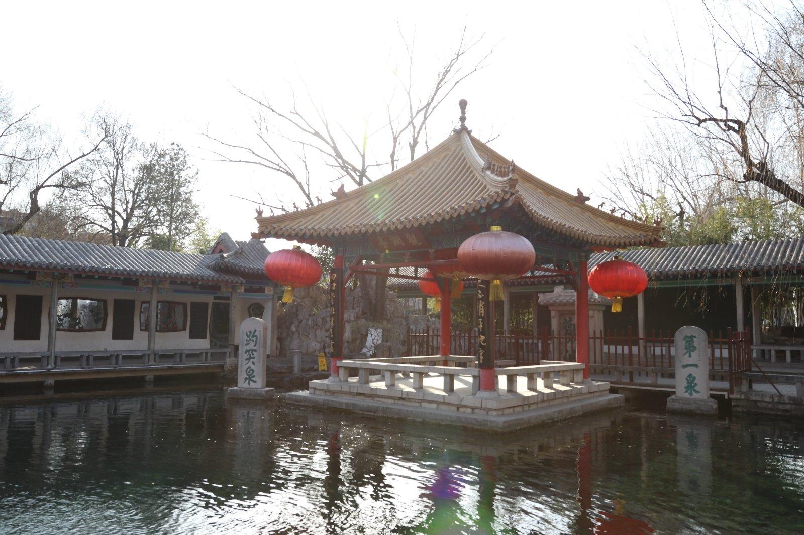 2018趵突泉景区游玩攻略,一边是楼阁彩绘,雕梁画栋,.