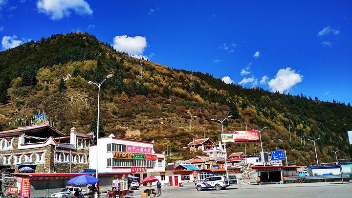 沿途领略川西和阿坝州的风光,感受独特的藏羌风情
