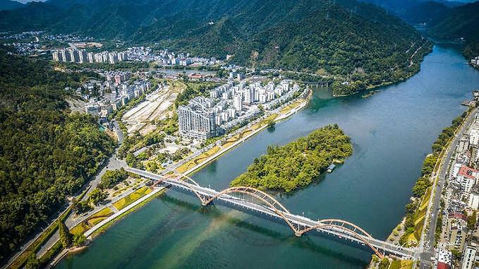 航拍新安江,江两畔高楼林立,整座城市好一派欣欣向荣的景象.图片