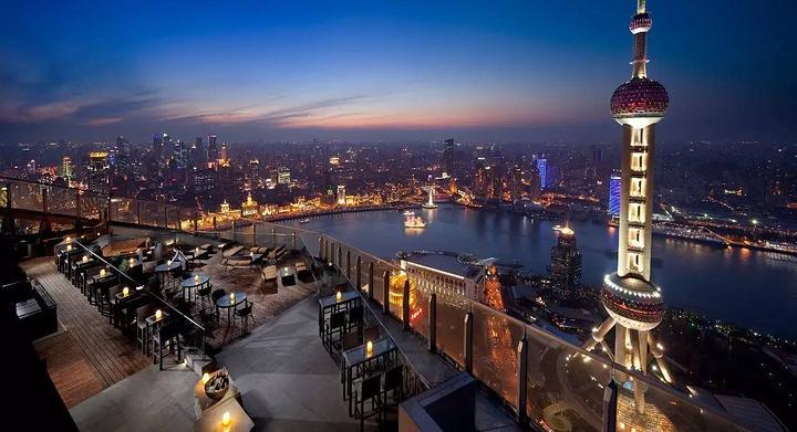 夜晚的黄浦江和东方明珠成为你晚餐的点缀.图片