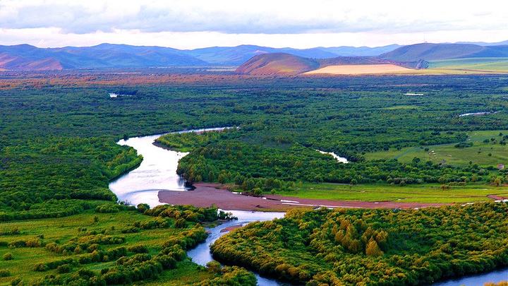 额尔古纳市是隶属内蒙古自治区呼伦贝尔市的一个县级市,位于内蒙古自治区呼伦贝尔市大兴安岭西北麓,呼伦贝尔草原北端,额尔古纳河右岸。地理坐标北纬50°01′~53°26′、东经119°07′~121°49′,是内蒙古自治区纬度最高的市,也是中国最北的边境城市。 这个有着淳朴民风的城市,红砖绿地还有五颜六色的小花。