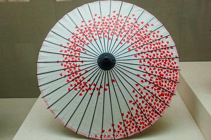 中国伞博物馆位于拱宸桥西历史文化街区,从大厅进去,右边就是中国伞博物馆。在其中你可以看到各种材质、各种形状、各个时期做成的精美的伞。烟雨江南衍生出独特的伞文化,伞的审美、诗意、象征意蕴伴随这历史发展的车轮,碾压出一道独特的文化轨迹,而中国伞博物馆就收藏了这样一段文化。博物馆介绍了中国为代表的伞文化、伞历史、伞故事、制伞工艺技术以及伞艺术,是世界首创的伞主题博物馆。馆内有多媒体演绎的虚拟雨景、小水雾等作为渲染,整个场馆以白墙灰瓦色调为主。这里还设有互动区,可亲自体验动手体验伞的制作过程—&mda