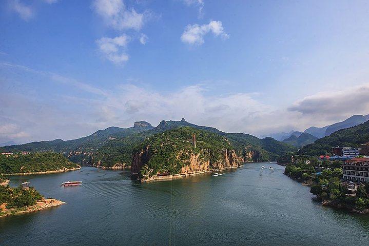京娘湖是一处面积宽广的山间水库,湖水碧绿,周围环绕着太行山典型的