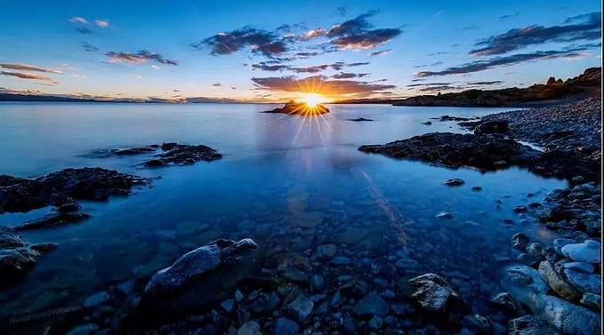原本蓝色的天边,渐渐被朝霞染红,候鸟从天边飞过,太阳渐渐升起.