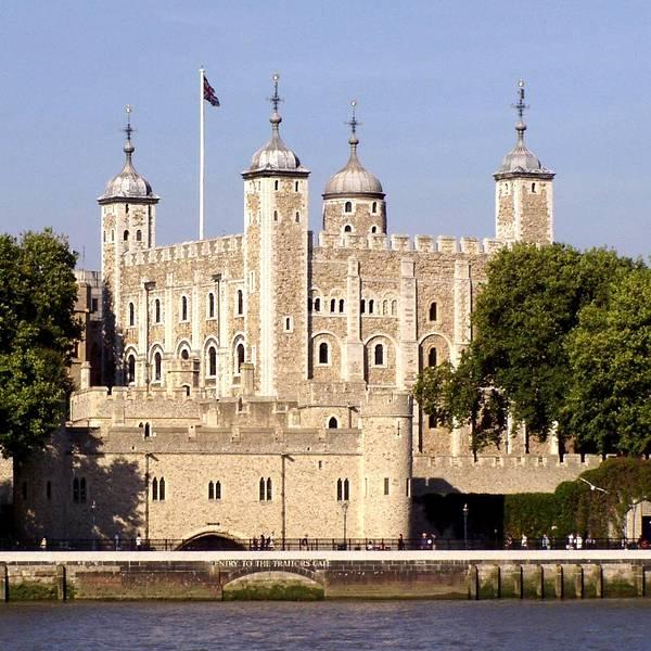 Tower of London-London Pass-世界文化遗产 伦敦塔(英文:Tower of London)是位於倫敦市中心的一座宮殿和城堡,其官方名称是女王陛下的宫殿与城堡,伦敦塔(英文:Her Majestys Palace and Fortress, The Tower of London),因此虽然将其作为宫殿居住的最后一位统治者已是几世纪前的詹姆士一世(1566年至1625年),但在名義上它至今仍是英國王室宮殿。白塔(不以建築風格及材料為名,而是建成當時,整體漆成白色而得名)实际上