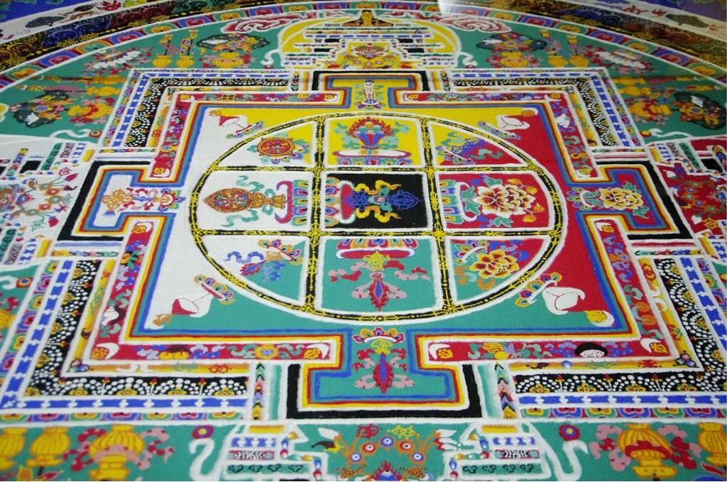 林芝/三宝之一的坛城沙画,是佛教的一种独特技艺,十一世纪由印度北...