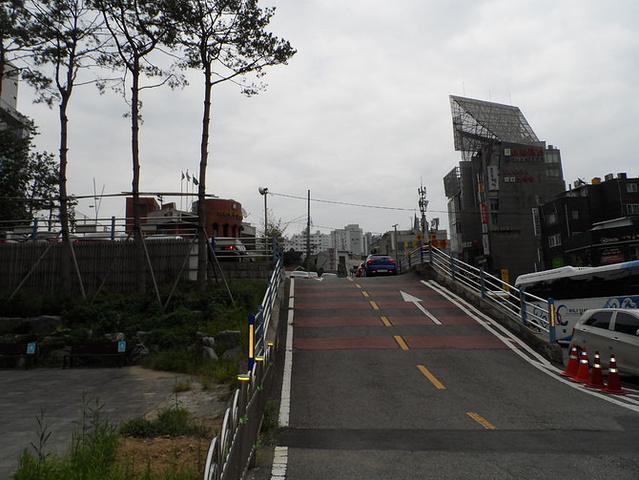 沿着梨大门口一路走就能到新村火车站了.