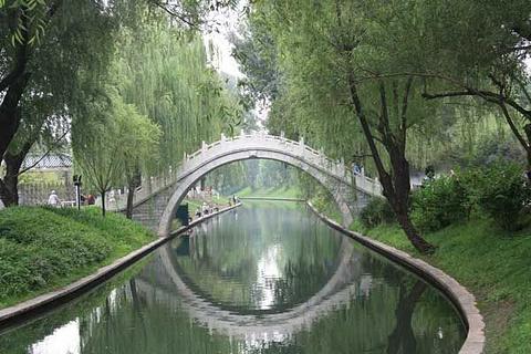 莲花湖,桥是青莲岛上的梅,莲,虹三桥与岛外相连,岛是青莲岛,明月岛,堤