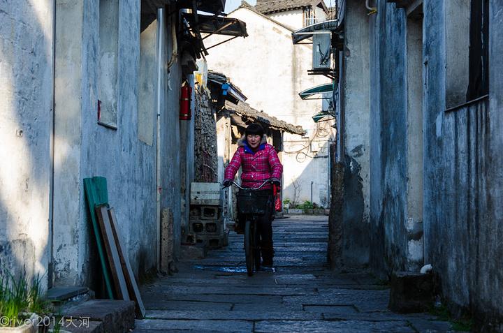 是典型的江南水乡古镇的老房子,黑瓦白墙看上去饱经沧桑,虽然不是景区