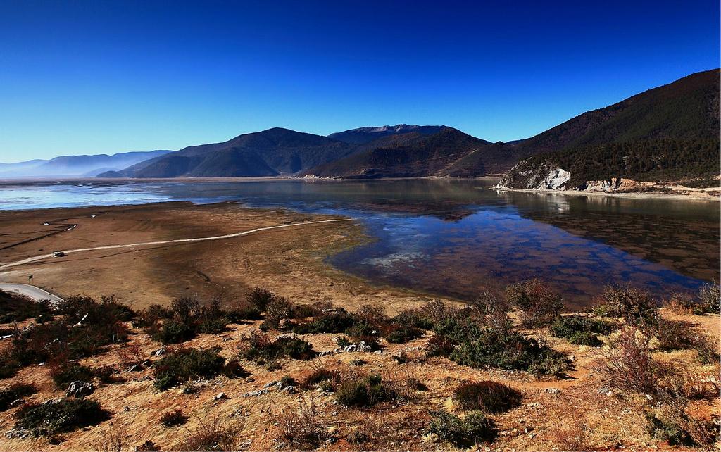 香格里拉纳帕海伊拉草原自然保护区位于该县.