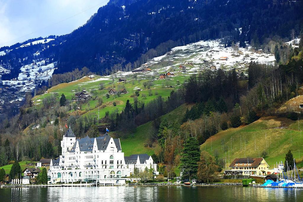 琉森湖边尖尖的欧式房子,平静的湖水,山上白雪很房子间隙有致.