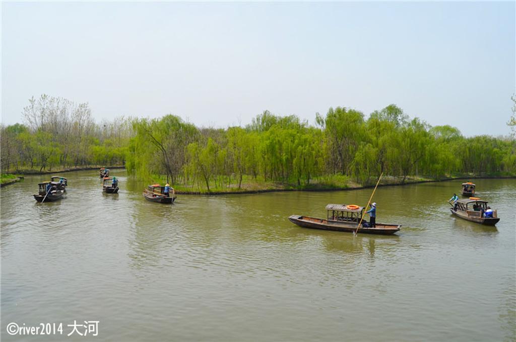 摇橹船是溱湖湿地的一道风景线