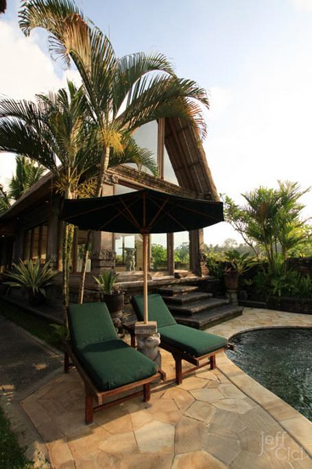 The Royal Pita Maha實際是兩家Villa飯店合併,來到最先建造的Pita Maha,就像進入了一座森林花園,熱帶花卉植物恣意開滿四周,傳統峇里島神像、雕像,不經意的成為路上美麗的一景,足夠滿足尋找原汁原味峇里風情的旅客。