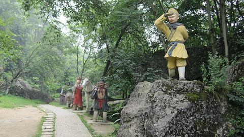 其中,孙悟空被压在五指山下五百年的场景就出自这里.