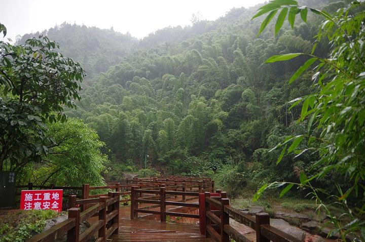 进入山区风景很好,但是外面下雨,路况不是很好,中巴车窗户上全是泥巴