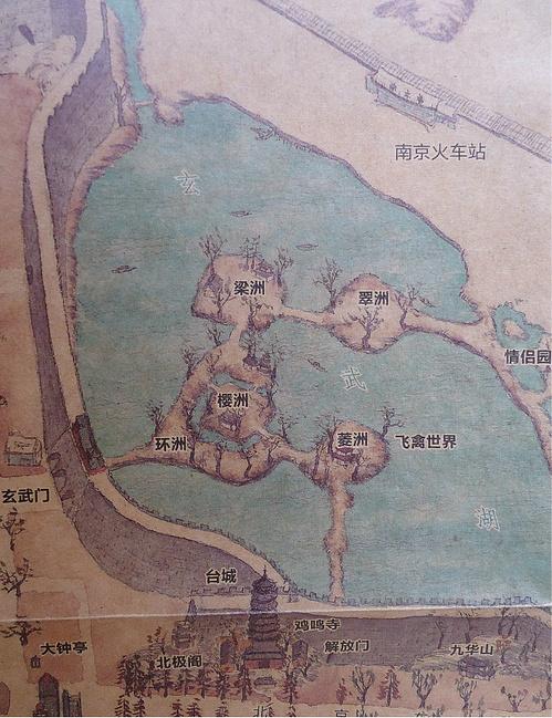 下面是南京手绘地图上的玄武湖部分,一出城门对着我的是环洲.
