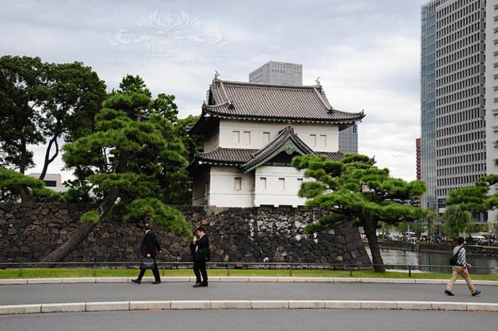 这个白墙灰瓦的素雅建筑,就是日本天皇现居.