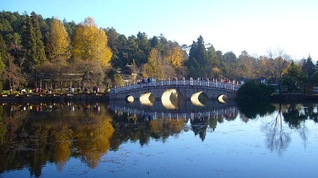 路线##古镇. ##简介##黑龙潭公园位于昆明北郊的龙泉山五老峰下.