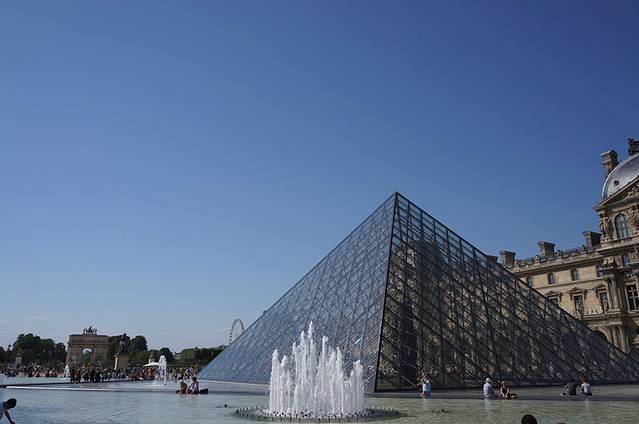 玻璃金字塔的造型很有新意,是华人设计师贝律铭设计的,这可是华人的骄