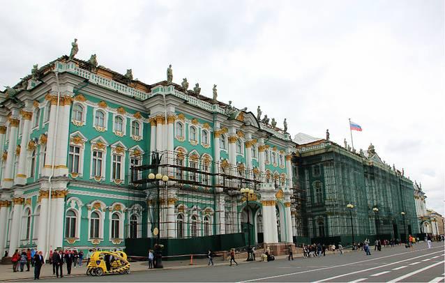 早餐过后,沿着涅瓦大街一路步行到冬宫广场,冬宫广场的气魄和规模图片