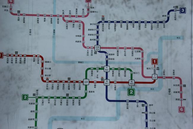 这是一次说走就走的旅行,没有什么充足的准备,就是突然有这么一个想法和朋友一提两人就马上拍板定行程了,真可谓任性直至,但是也确确实实因为有一个相识的同学在这座城市,所以才敢这么大胆的说走就走,还订了一个任性到极点的火车班点,下午5点17分的火车,凌晨四点钟到,真心是不给自己留条后路呀,大半夜的就三个傻小子傻姑娘站在重庆站(重庆站在菜园坝,是个老的火车站,现在大部分火车都停达在重庆北站,但是因为贵阳到重庆没有动车所以只能买到这个站的票)前面伴着雨吹着冷呼呼的风,去的那几天重庆的天气不大好,不过也挺庆幸也有几天