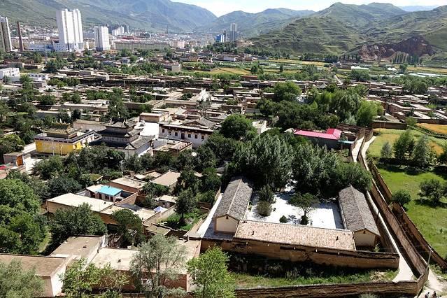 """仁县""""六月会"""",藏语称""""周卦勒柔"""",是一项传统的民间活动,原始风味极为浓厚,至今已延续了五百多年。传说在很久以前,同仁地区有许多猛兽危害人类,后有大鹏鸟自印度飞来,降服了这些毒蛇猛兽,藏语把大鹏鸟叫做""""夏琼"""",为了供奉夏琼神,也为了保佑风调雨顺,五谷丰登,沿隆务河两岸12公里内的藏族、土族村庄都会进行盛大的祭祀活动。 每村的活动各有特点,都为愉悦神灵极尽能事,以祈求风调雨顺、平安丰收为目的的,融宗教、祭祀、娱神、娱人于一体的宗族祭祀活动。"""
