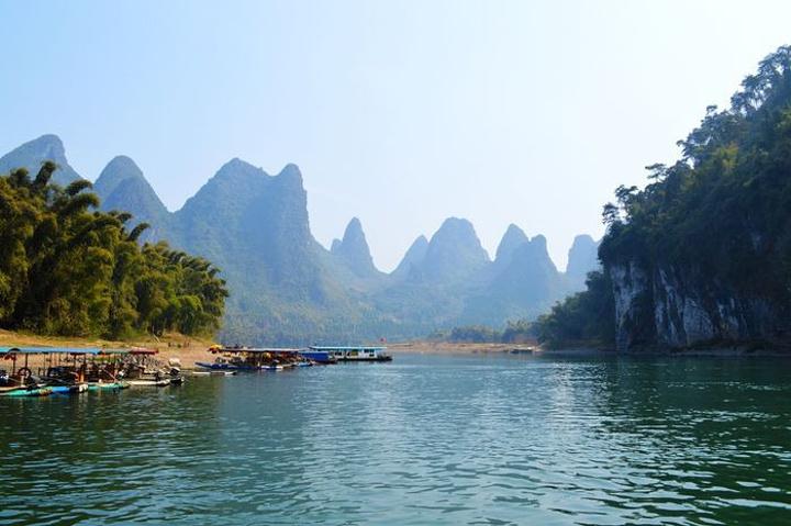 漓江风景区是世界上规模最大,风景最美的岩溶山水游览区,千百年来它不