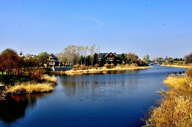 蜿蜒流淌的草地,河边成就的泛黄,白桦林和别墅价格带色的小河沙巴别墅秋景图片