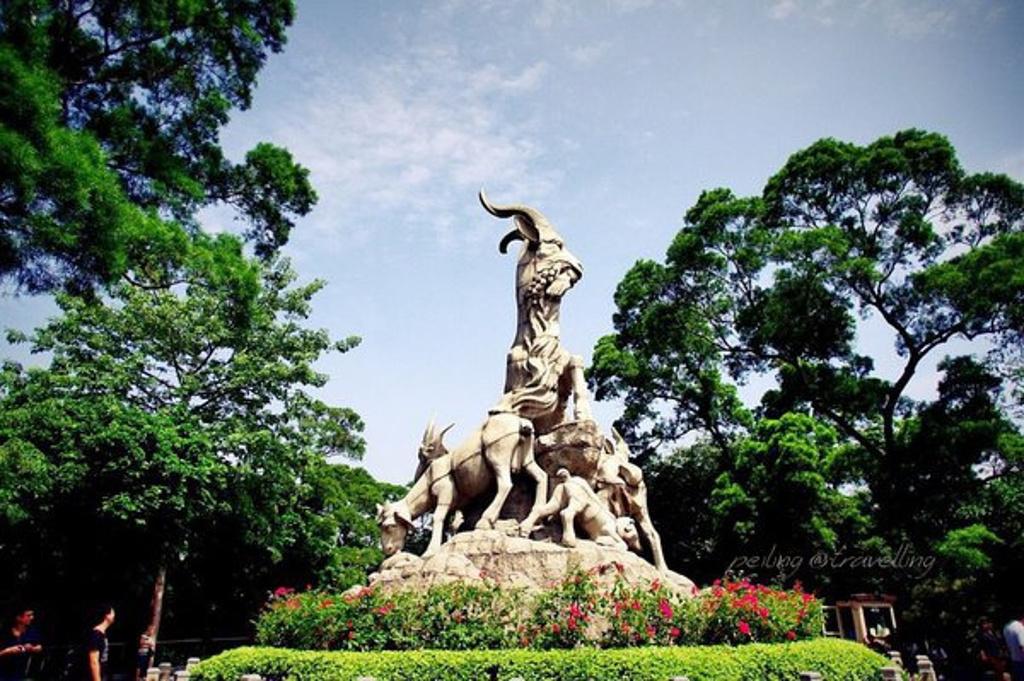"""就算你转了整个越秀公园,最后的目的地还是这里,五羊石像位于越秀山上的五羊石像堪称广州城市的第一标志。相传五羊仙子下凡,拯救了当时生活疾苦的广州人民,广州成为了南国富饶之地,""""羊城""""的美誉也因此而来。除了上面的标准角度,我围着石像走了一圈,给你看不同角度的五羊看了上面的照片不要以为这里没有什么游客,这五只羊的人气并不输小蛮腰,是游客们来广州必达之处,而正面更是排队拍照留念的角度."""