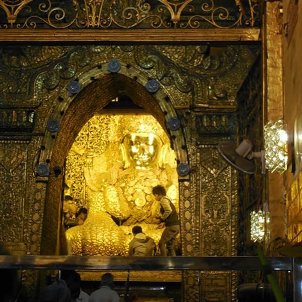 马哈牟尼佛塔里的青铜佛像高约4米,据说是佛祖亲自开光,当地人将这座