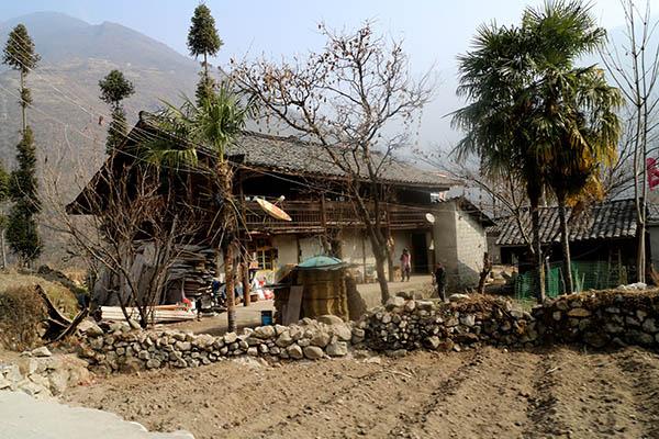 摩西当地民居,几乎全是砖木结构的建筑.