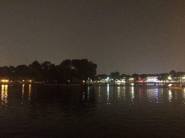 是什刹海的一个组成部分,由前海、后海和西海三个部分组成的,为了与北海、中海、南海前三海区别,被称作后三海,后海东起地安门外大街,西至新街口大街,南起平安大街,北至北二环,总面积146.7公顷,其中水域面积34公顷,绿地面积11.5公顷,这是北京城内700年以前元大都时期的古老水域。 后海嘛,不是海,就一湖,岸边就是各种酒吧、胡同和小店,真是后海酒吧一条街呀,去后海玩,还是建议晚上去吧,灯火辉煌,倒映在水面上也是很美,而且各个独具特色的酒吧也都有驻唱的,就算不进去喝上一杯,在门口听听歌曲也是极好的,(