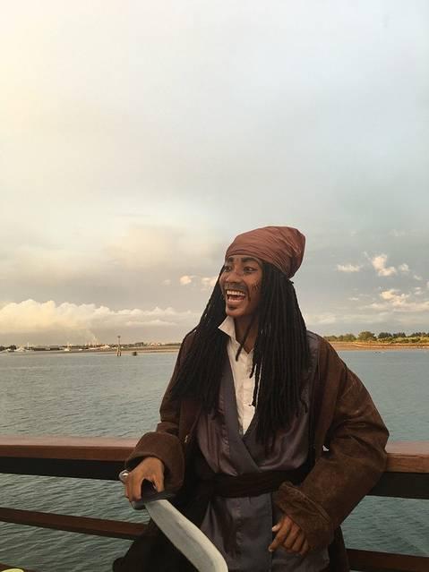 """这个可爱的海盗到处劫持""""人质""""拍照,当然想要照片是要给钱滴"""