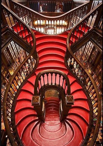全国最大的网上书店_书店中央有一个漂亮的旋转木制楼梯,一直通到二楼,是书店最大的亮点