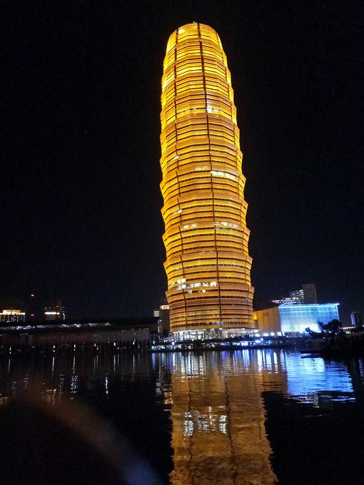 吃完饭后就在东区逛了一下,玉米楼,听说是郑州的标志性建筑.