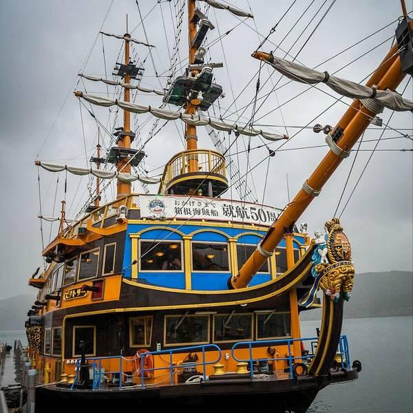 这艘船应该是以18世纪英国建造的,活跃于多次历史性海战之后,迄今仍作为纪念战舰得以保存与展示的胜利号为原型制造的新胜利号。我们乘坐的是这一艘Royal 南欧皇家太阳号 。无论是船头雕像、还是船内外的装饰、以及船体后部独特的回廊等,都按照昔日的风貌予以再现。特等舱的室内装饰可令人感受到中世纪的法国文化。