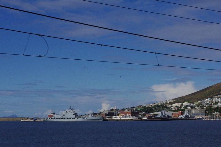 西蒙镇是南非重要海军基地,能看到停泊着多艘军舰.真让人大开眼界