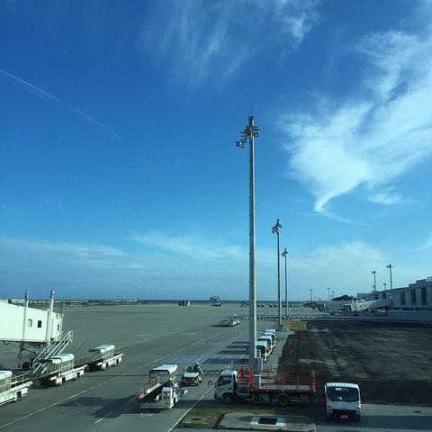 那霸机场沿海而建,可以看到远处的轮船