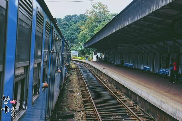 火车站位于努沃的西南方约25分钟突突车程的nanu oya站,每天只有五班