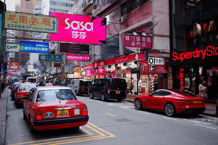 香港的广告招牌白天也都亮灯,狭窄的街道色彩绚丽