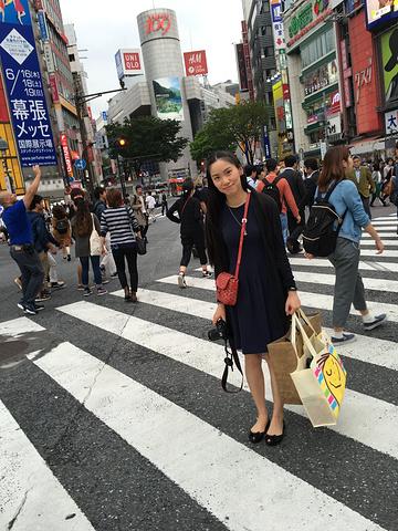 由于不是周末,所以涩谷这个相机中的十字路口情侣拿头像传说女生图片