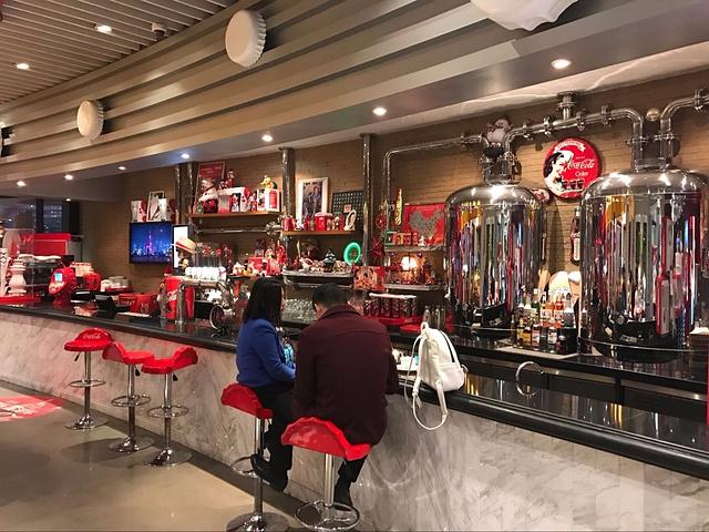 餐厅内充满着可口可乐的元素,主色调当然是红色,餐厅内的用餐区是绕