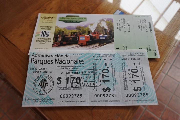 乌斯怀亚还有一处火地岛国家公园,这座公园是阿根廷的一个自然保护区,雪山、湖泊和原始森林是它的最大特色。游览国家公园有多种形式,可以徒步穿越,可以乘车游览,还可以搭乘公园的小火车游览。 这种小火车的原型是用来拉运采伐木材当时关押在岛上的囚犯的如今作为游览用可以沿途观光。