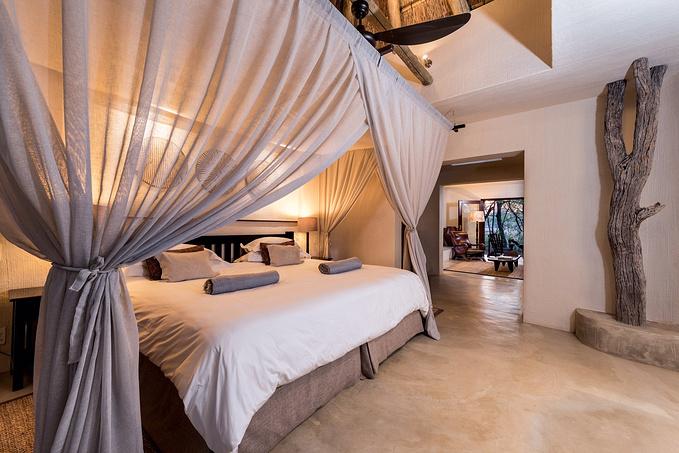 床很大很舒服,每晚的夜床会把浴袍铺好,还会贴心的在床头放上一瓶饮用图片