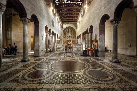 教堂本身的建筑是在6世纪兴建,以柯林特圆柱和拜占庭风.