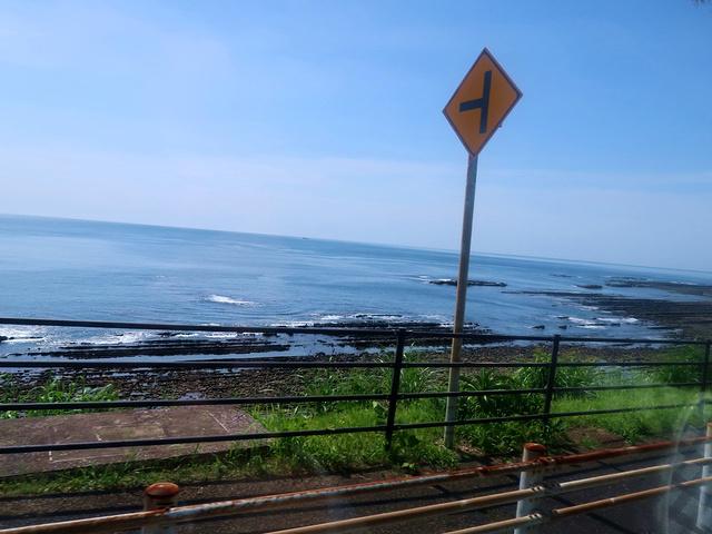 记得去的时候要坐在车的左侧,这样才能观赏到海边风景