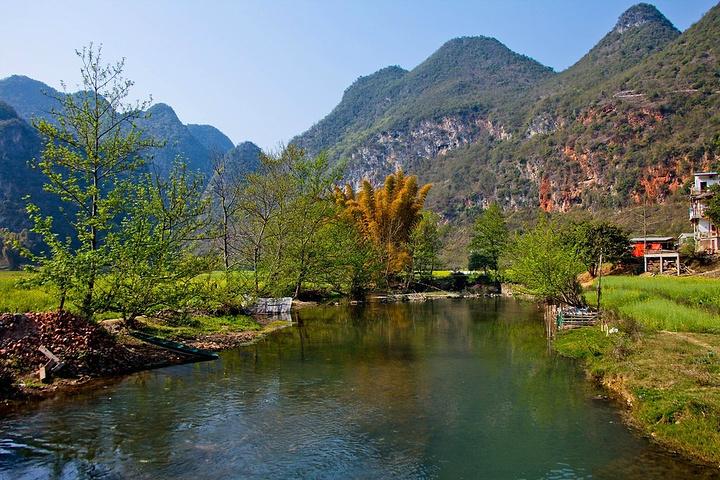 广南县境内的坝美风景区,因其独特的喀斯特地形地貌,溶洞,河流及村落