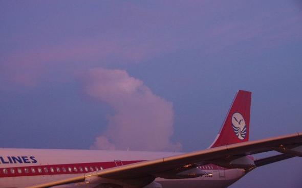 这一天,就是在路上,坐飞机玩儿。 有一点要明确,川航直飞塞班的航班,是由成都出发,从成都包括到塞班岛,航班号都是一样的,但是,因为我们要做广州机场照包机旅行社办手续,在广州办理出境等,所以,不可能从成都坐这个航班,还是选择的先飞广州,再在广州登上川航的航班。 在广州白云机场,天宁皇朝假期很V5的,全国的旅行社的单子都在他们这里汇总,川航一架A330好歹也要载200多人,那个召集的架势,真的很壮观!不过,他们的工作还是很细致的,每个人的资料都在一个独立的小塑料袋里面,一些相关说明,头两天的早、中、晚餐券,进